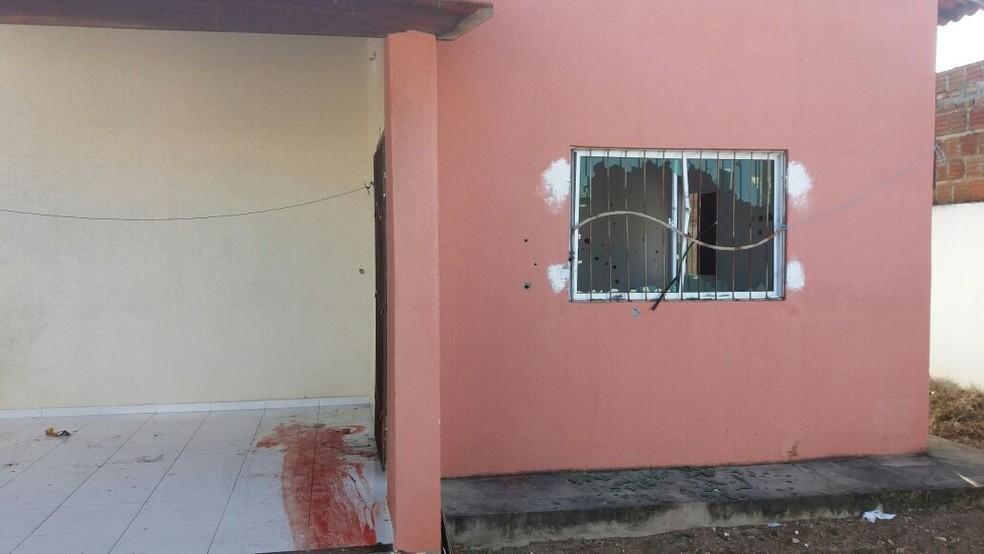 Tiros destruíram janela da casa onde quadrilha estava, em Parnamirim (Foto: Divulgação PM)