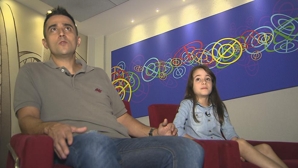 Pai e filha relatam os casos de bullying  que a menina sofreu em escola no Distrito Federal (Foto: TV Globo/Reprodução )