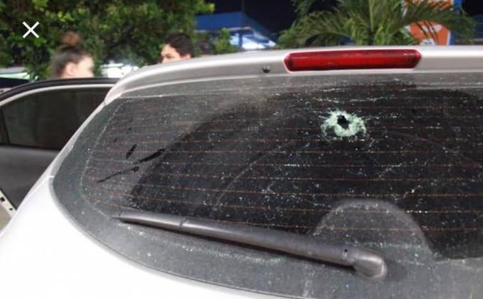 Carro foi atingido por bala perdida no bairro Belém, em Angra — Foto: Redes Sociais