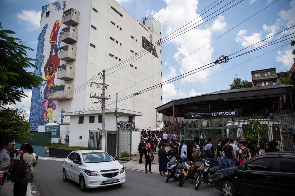 Longa fila se formou desde cedo diante da Fábrica de Cultura do Capão Redondo para o credenciamento de participantes da PerifaCon — Foto: Fábio Tito/G1