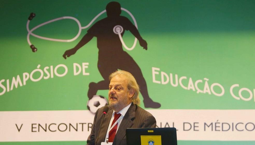 Jorge Pagura, coordenador médico da Copa América, lembra que a maioria dos atletas é vacinado contra a caxumbaCMNF — Foto: Rafael Ribeiro / CBF