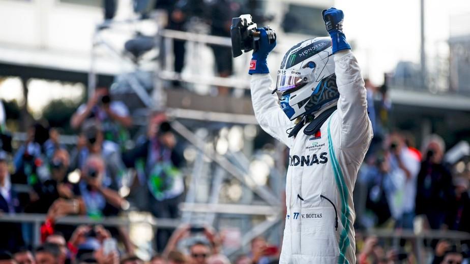 Bottas segura Hamilton, vence em Baku e vira líder da F1; Mercedes tem melhor início da história