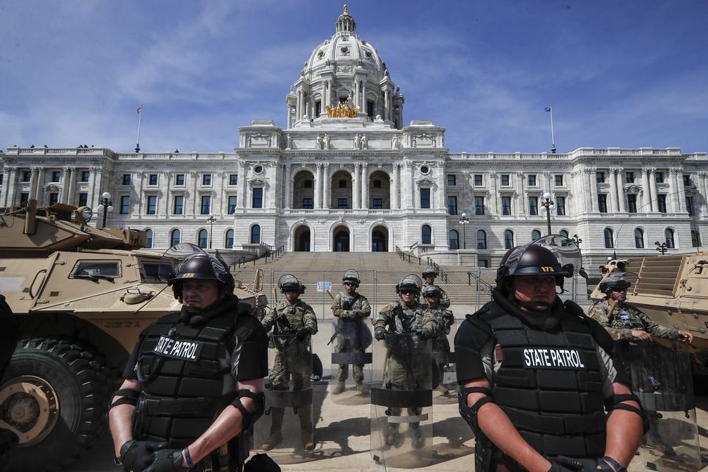 Militares da Guarda Nacional e policiais patrulham entrada do Capitólio de Minnesota, em St. Paul (EUA), neste domingo (31) — Foto: John Minchillo/AP Photo