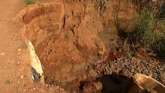 Agricultores estão há mais de 2 meses sem conseguir escoar produção após parte de ponte desabar em Campo Limpo de Goiás