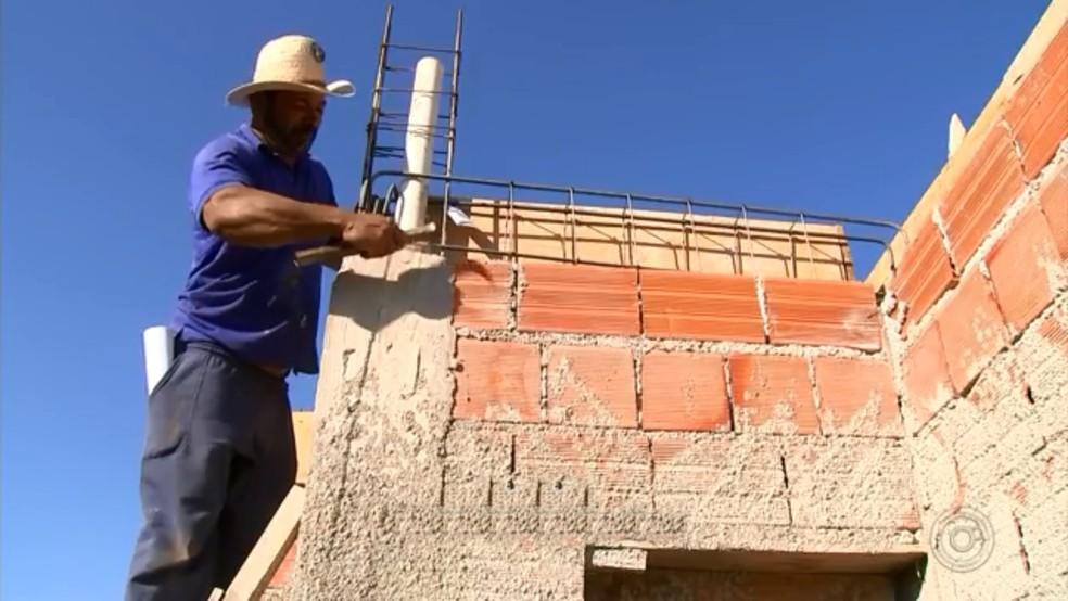 Pedreiro durante obra no interior de São Paulo: preços mais caros (Foto: Reprodução/TV TEM)
