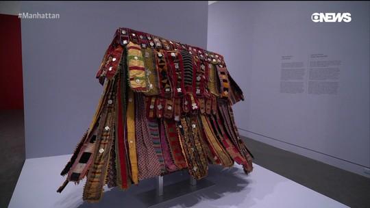 """Pedro Andrade visita exposição """"One"""" no Brooklyn Museum"""