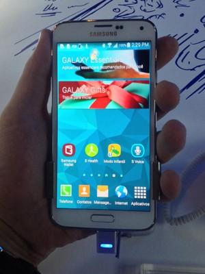 Galaxy S5 tem tela de 5,1 polegadas, sensor de digitais e filma em 4K (Foto: Gustavo Petró/G1)