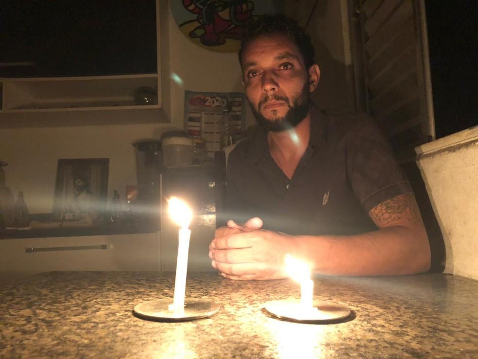 Desempregado, Olavo costumava conversar com vizinhos que ficara soterrados — Foto: Glauco Araujo/ G1