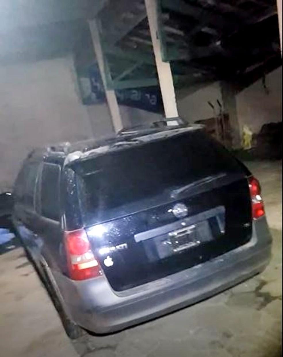 Um dos veículos furtados foi localizado em galpão de chácara de Marília usada como base de apoio da quadrilha — Foto: Polícia Civil/Divulgação