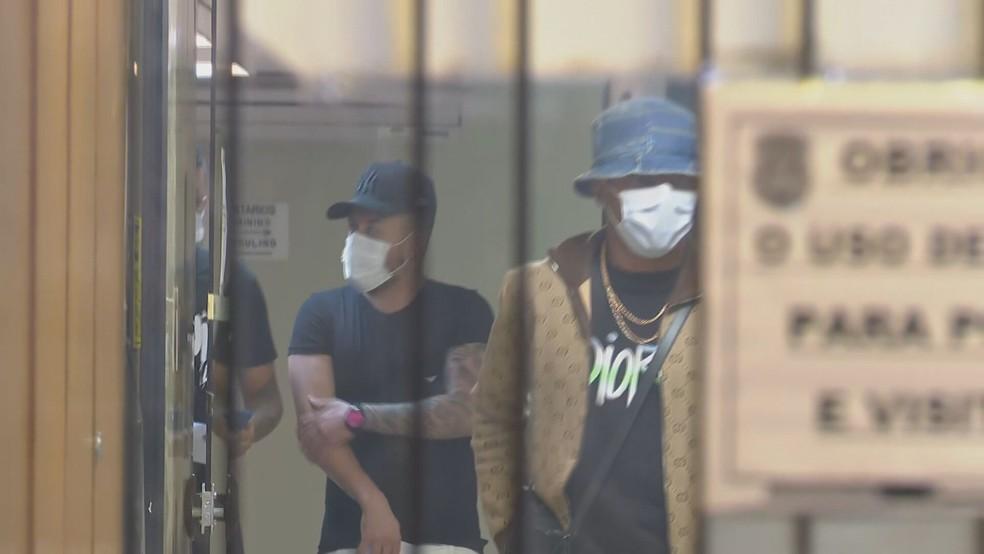 Jogadores Arboleda, do São Paulo, e David Neres, do Ajax, deixam a delegacia após participarem de balada clandestina  — Foto: Reprodução/TV Globo