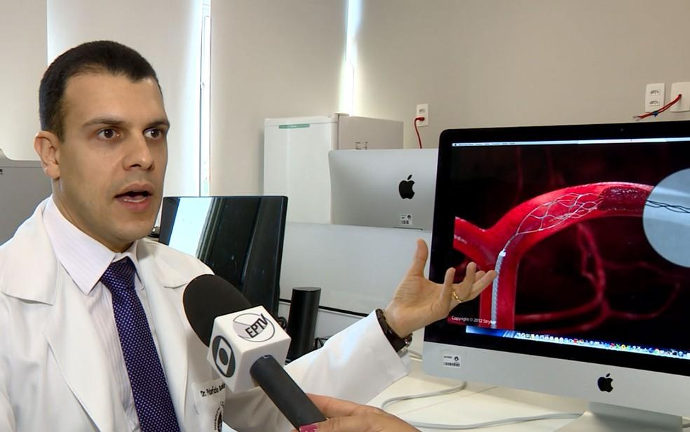 O médico Fabrício Buchdid durante entrevista à EPTV nesta quinta-feira, dia 16 (Foto: Reprodução EPTV)