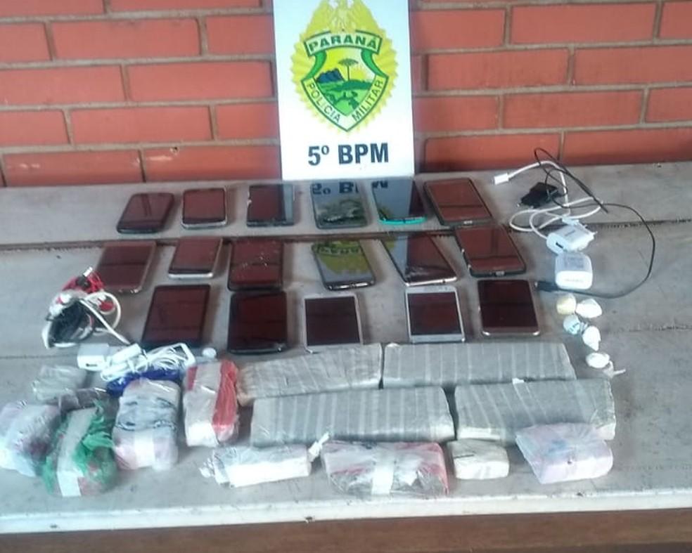 Celulares e drogas foram apreendidos com suspeito em Cambé — Foto: PM/Divulgação