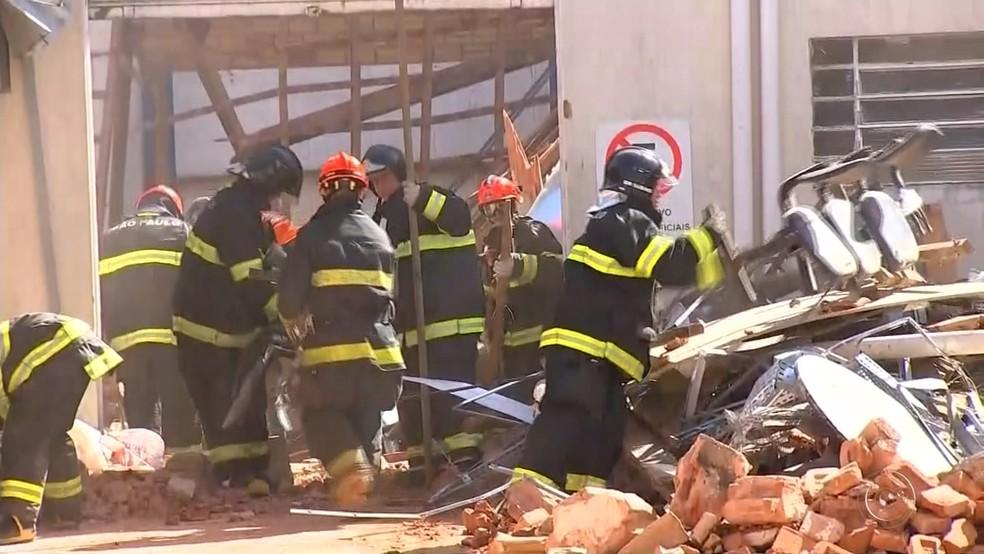Bombeiros retiraram crianças de escombros em Agudos (Foto: Reprodução/TV TEM )