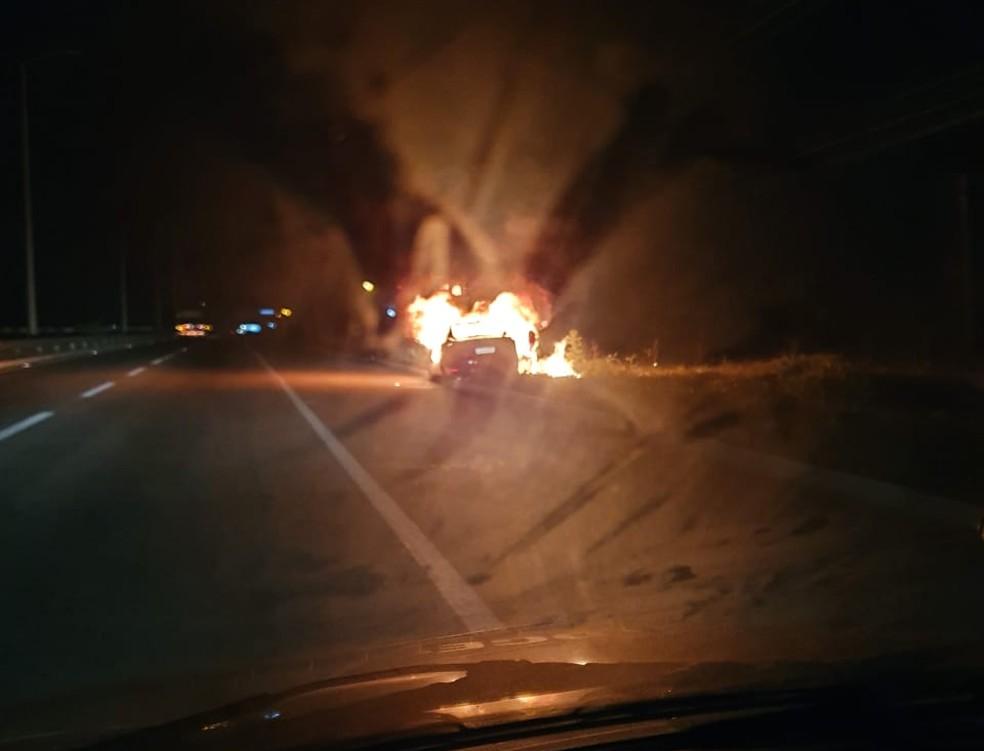 Carro pegou fogo na BR-304; ninguém ficou ferido — Foto: Jean Lenilson/Cedida