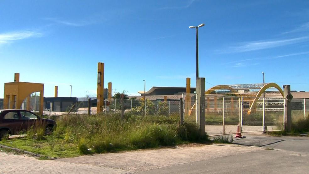 Estrutura do Terminal de Itaparica está cheia de mato e ferrugem  — Foto: Reprodução/TV Gazeta