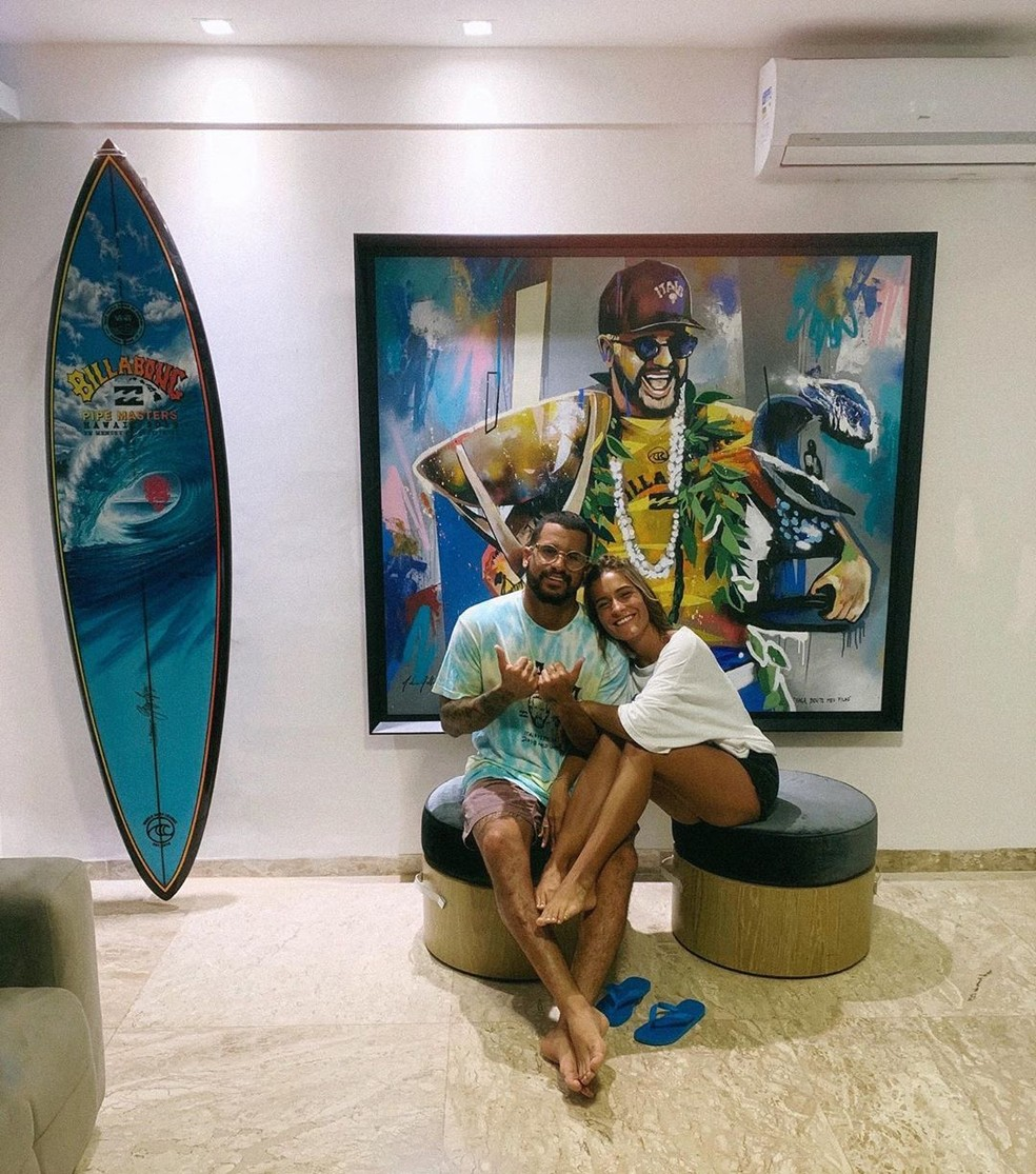 Ítalo Ferreira e Mari Azevedo em casa em Baía Formosa: quadro foi presente da namorada — Foto: Reprodução