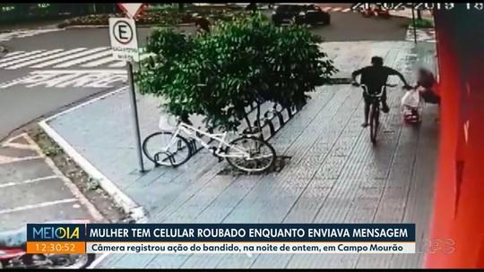 Mulher tem celular roubado enquanto enviava mensagem para o namorado, em Campo Mourão; VÍDEO