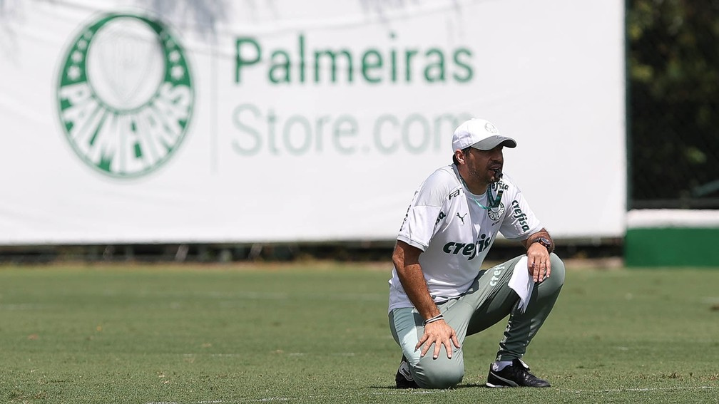 Abel Ferreira observa o treinamento do Palmeiras — Foto: Cesar Greco\Palmeiras