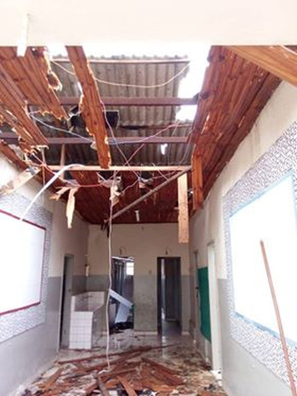 Escola foi destelhada por causa da chuva em Barbacena (Foto: Corpo de Bombeiros/Divulgação)