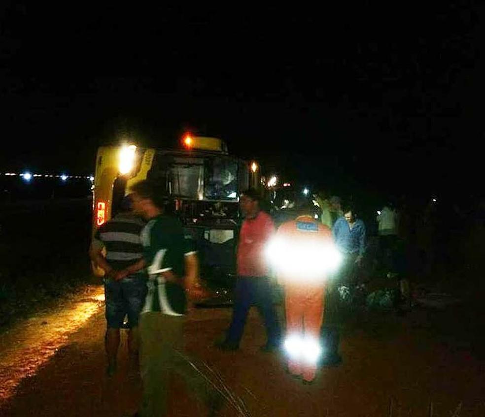 Idosa morreu após ônibus tombar no sudoeste da Bahia (Foto: Blog Marcos Frahm )