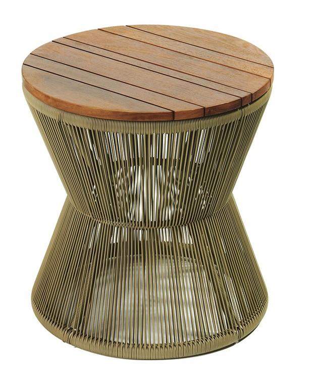 Mesa lateral Fusion, com tampo de madeira e estrutura de alumínio revestido com corda náutica, 60 x 60 cm. Tidelli, de R$ 3.399 por R$ 2.040 (Foto: Divulgação)