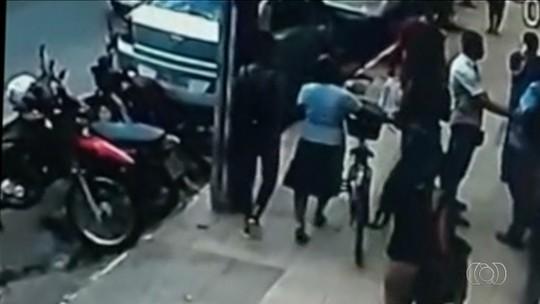 Polícia procura mulheres suspeitas de furtar bolsa de idosa que havia acabado de sacar aposentadoria, em Goianésia