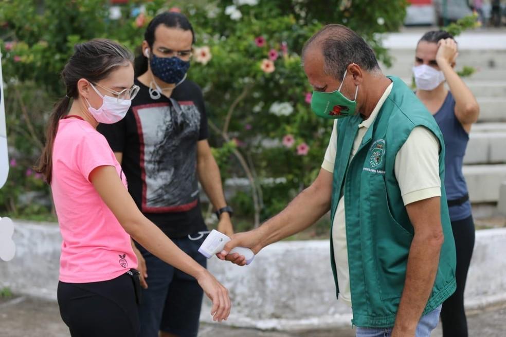 Agentes de fiscalização mediam temperatura no local — Foto: Helene Santos
