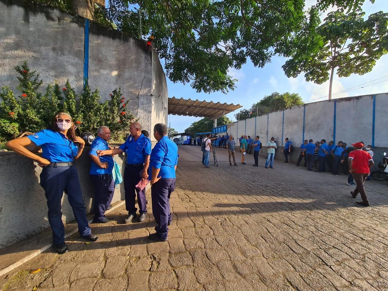 Rodoviários de empresa de ônibus paralisam atividades em São Luís