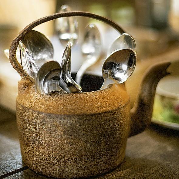 A chaleira antiga vira porta-talher: maneira original de organizar a mesa e remeter a um aconchego de fazenda. Colheres Tania Bulhões