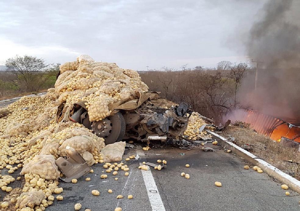Pelo menos duas pessaos morreram em um acidente entre dois caminhões no Ceará. (Foto: PRF/Ceará)