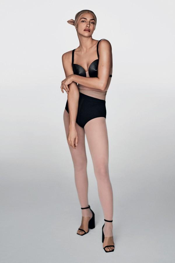 Macacão e hot pants, ambos Dior; top, Zana Bayne; lenço, Tom Ford; e sandálias, Versace (Foto: Giampaolo Sgura)