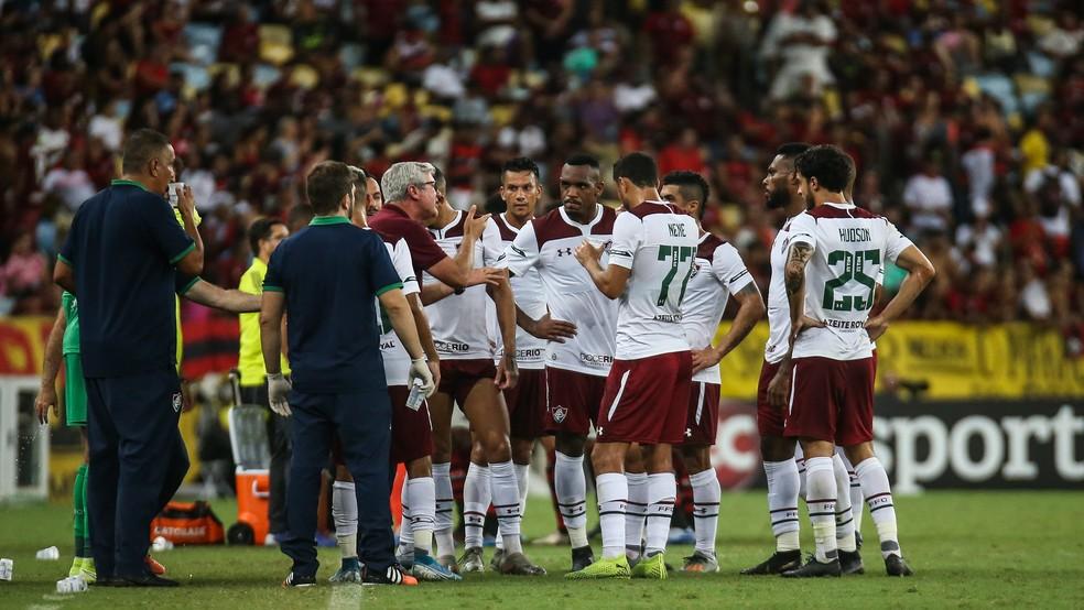 Técnico Odair Hellmann dá instruções a jogadores do Fluminense — Foto: Lucas Merçon