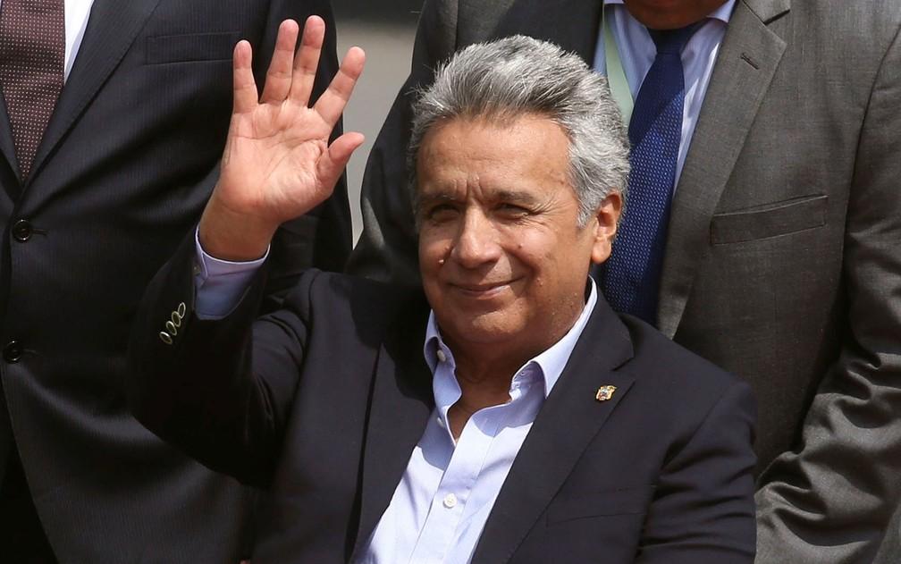 O presidente do Equador, Lenin Moreno, acena ao chegar ao aeroporto de Lima, no Peru, na quinta-feira (12) — Foto: Reuters/Guadalupe Pardo