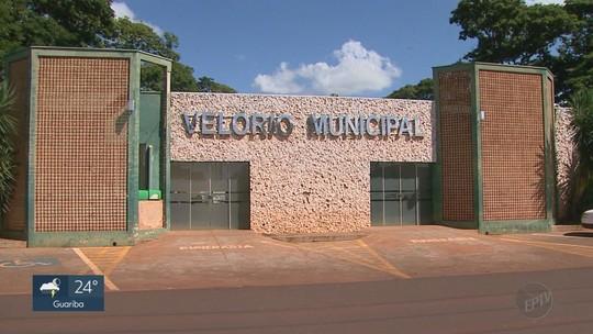 Goteiras em cima de caixão e velório alagado revoltam família de mulher em Pitangueiras, SP