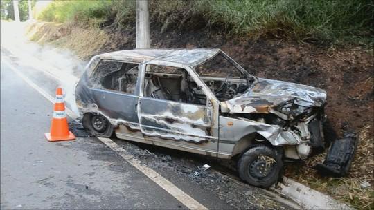 Carro pega fogo em acidente na MG-383, entre Itajubá e Piranguçu