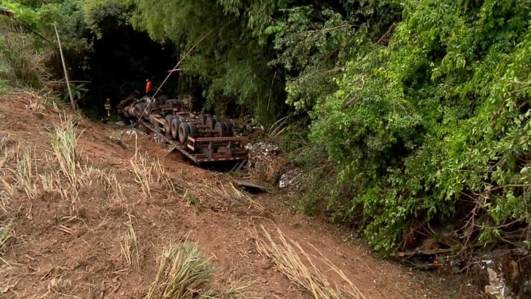 Homem morre após carreta que dirigia cair em barranco na BR-491