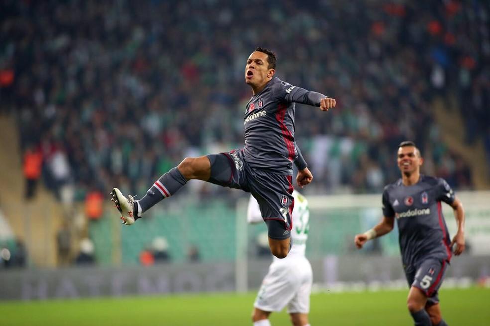 Adriano comemora gol pelo Besiktas  — Foto: Divulgação/Besiktas