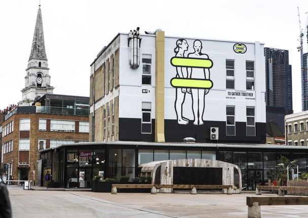 ArtWall em Londres com a nova identidade visual do Chime for Change (Foto   Divulgação 56616a67d470