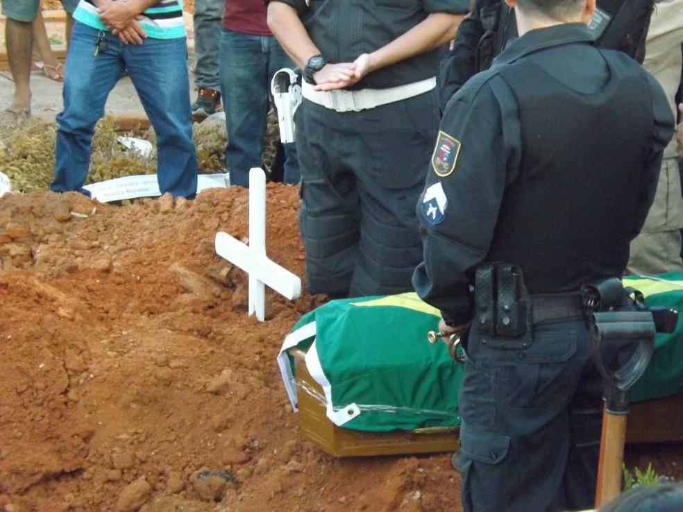 Cabo Ildônio José da Silva foi enterrado com honras militares (Foto: Wilton Alves/Mossoró 190)