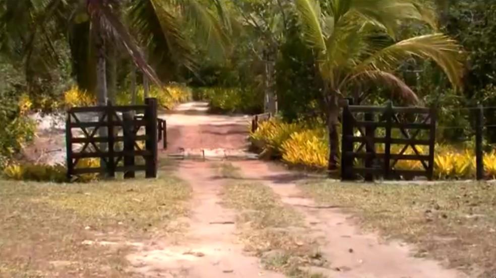 Empresário foi abordado quando passava por cancela que dá acesso ao local onde fica a pousada (Foto: Reprodução/TV Santa Cruz)