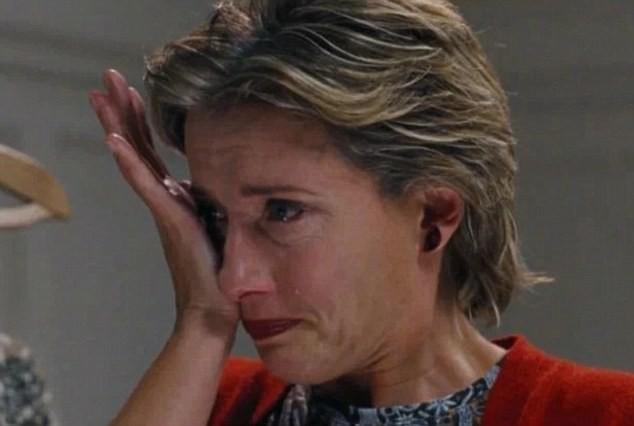 A atriz Emma Thompson na cena em que sua personagem em Simplesmente Amor (2003) descobre a traição de seu marido (Foto: Reprodução)