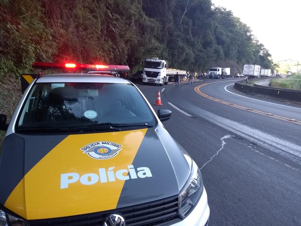 O trecho da Serra de Botucatu precisou ser sinalizado por causa da carga espalhada na rodovia  — Foto: Murilo Rincon/ TV TEM