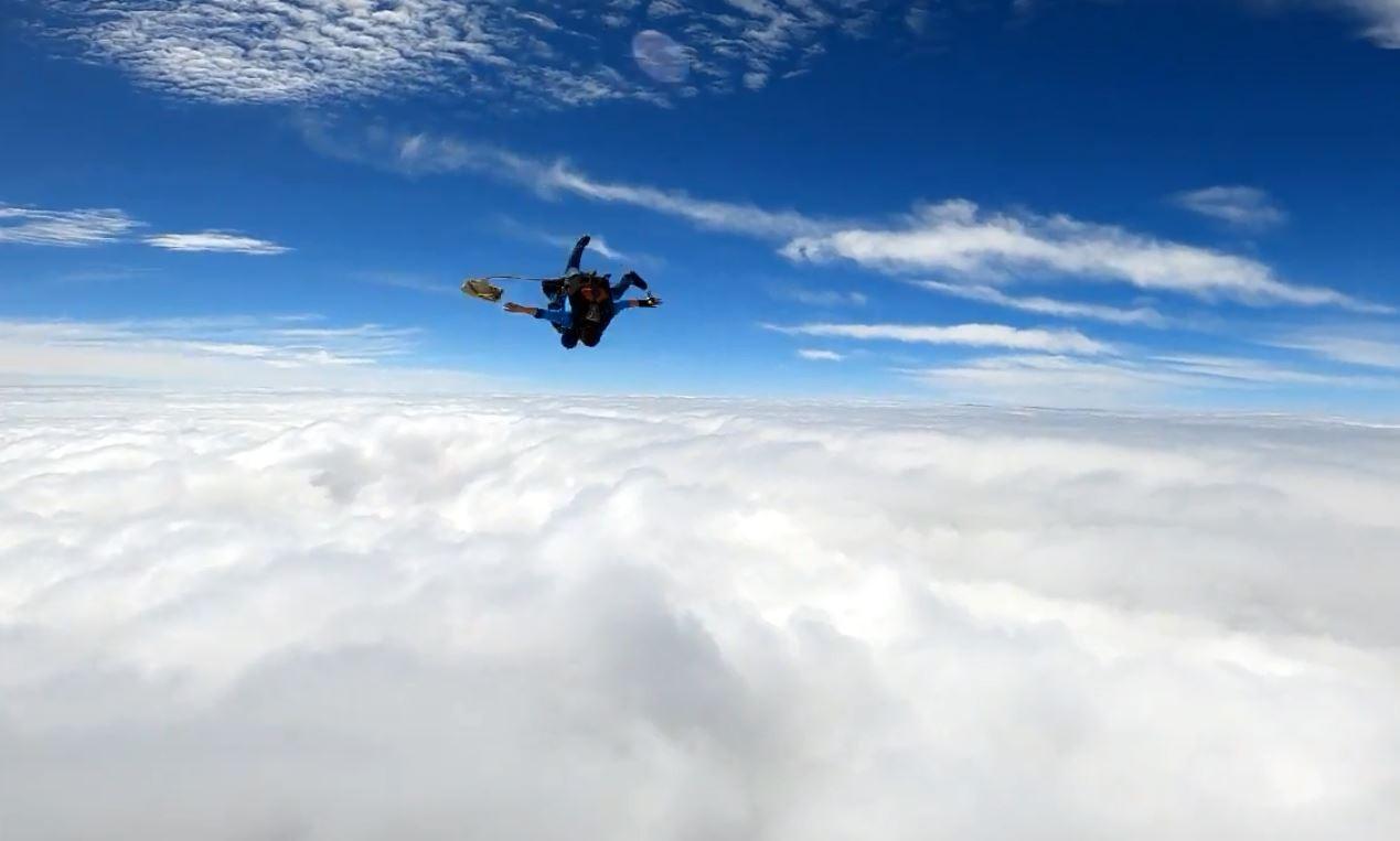 Freiras sem hábito saltam de paraquedas no interior de SP; vídeo