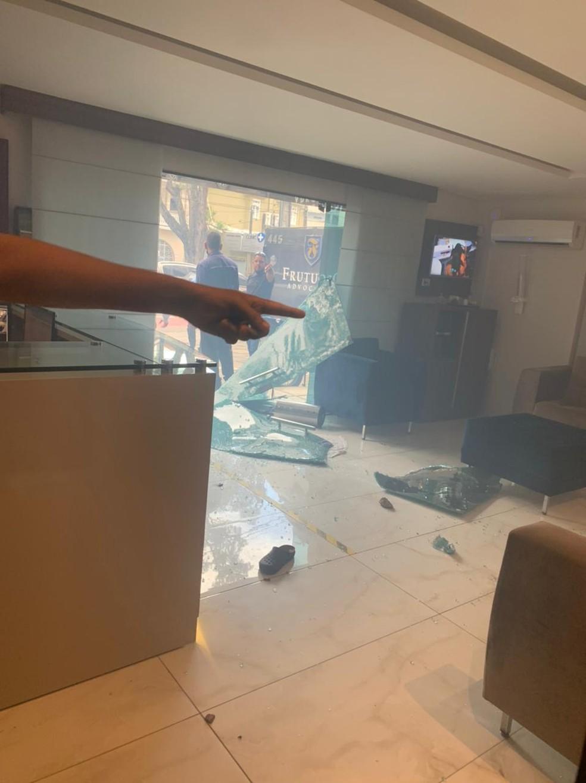 Torcida organizada ataca escritório de advocacia do vice-presidente do Santa Cruz, André Frutuoso — Foto: Reprodução/Twitter