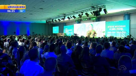 Steve Wozniak participa de palestra ao lado de Neil Patel em Porto Alegre