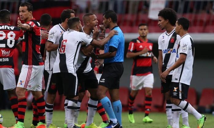 Lujiz Antônio Silva Santos, o Ìndio, foi peitado por Luís Fabiano