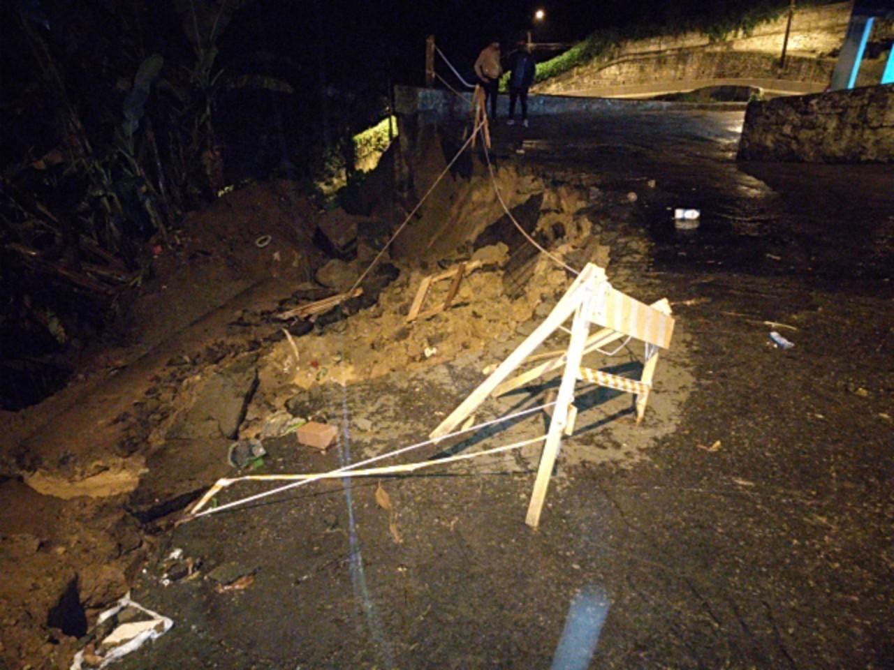 Chuva provoca deslizamento na encosta do Morro do Fontana, em Santos