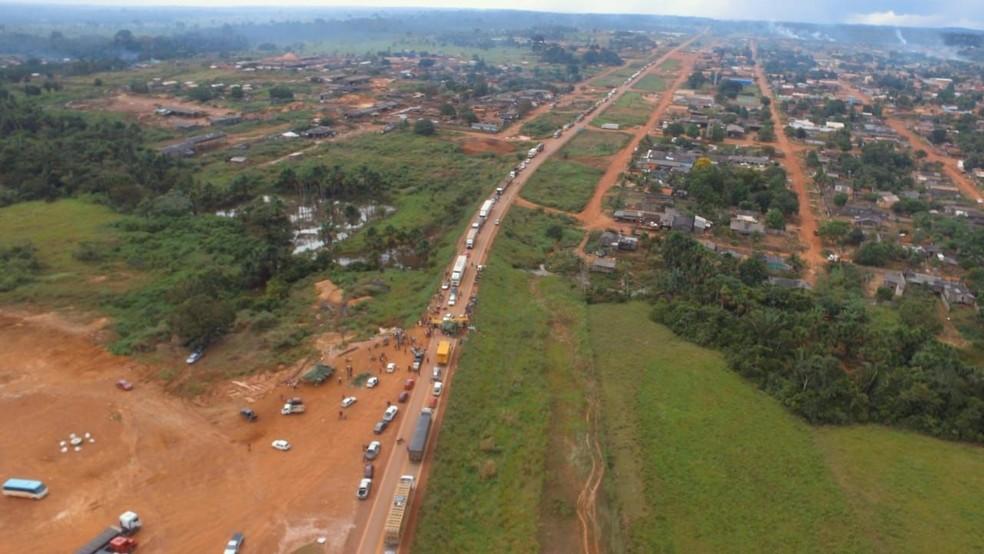 BR-364 é interditada por manifestação em Vista Alegre do Abunã, RO (Foto: Rafael Dias/Arquivo pessoal)