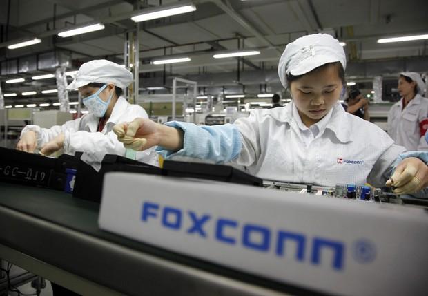 Funcionários trabalham na linha de montagem da fábrica Foxconn na cidade de Shenzhen, na China (Foto: Getty Images)
