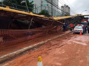 Terra cede e atinge ponto de ônibus na Avenida Paralela (Foto: Giana Mattiazzi/TV Bahia)